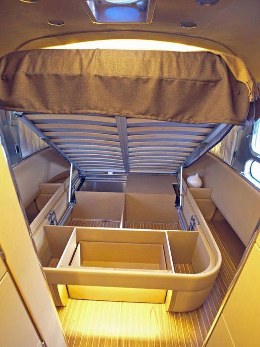 Эргономичная кровать с подъемным механизмом и вместительным коробом для постельного белья.