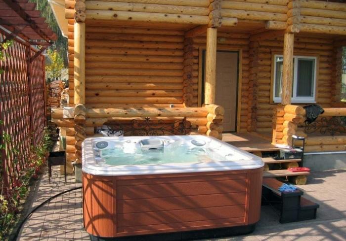 Гидромассажный спа-бассейн небольших размеров с рециркуляционной системой, которая позволяет не менять воду после каждой процедуры.