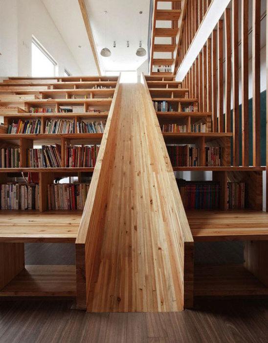 Оригинальный дизайн лестницы позволяет ей быть полкой для книг и горкой для малышей.