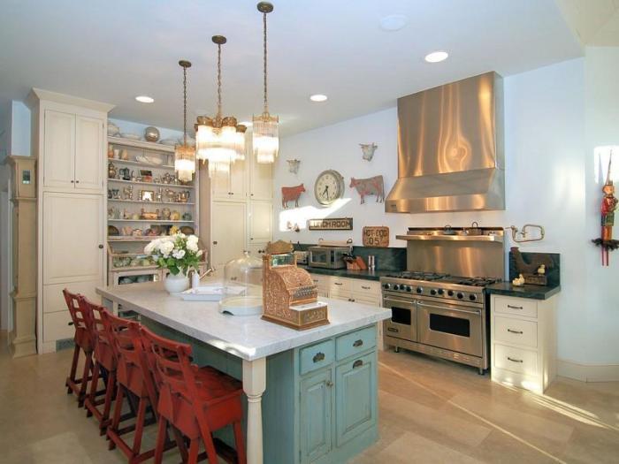 Оттенки серого, светлого и красного в уже существующий интерьер кухни в деревенском стиле можно ввести, сделав всего лишь несколько изменений.