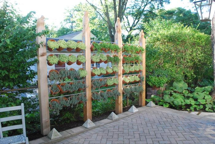 Необычная деревянная перегородка, которая будет хорошо смотреться в окружении комнатных цветов и растений.