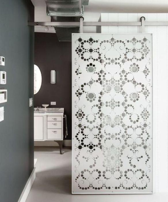 Раздвижная межкомнатная дверь из поливинилхлорида - современное и практичное решение для гостиной комнаты.