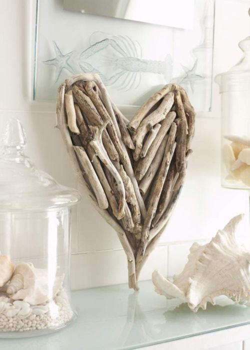 Сердце на полке, сделанное из веток, в интерьере гостиной комнаты.