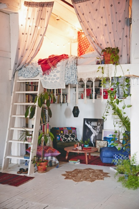 Оригинальная спальная комната с двухэтажной кроватью в стиле поп-арт.