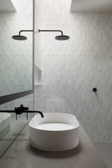 Выпуклая керамическая плитка, которая позволит визуально увеличить пространство в небольшой ванной комнате.