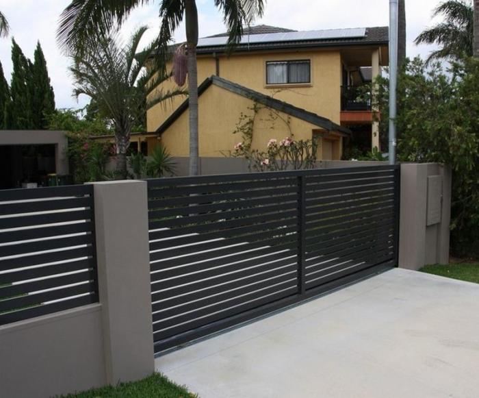 Прочная конструкция из бетона и деревянных реек, которые не мешают двустороннему обзору.