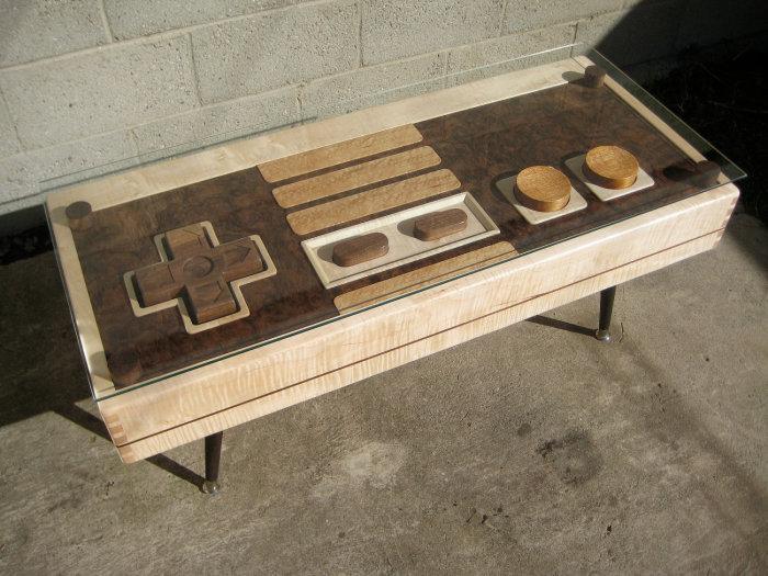 Журнальный столик в форме джойстика для приставки, подойдет тем, кто обожает видеоигры.