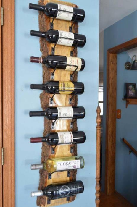 Настенные полки для винных изделий из необработанной древесины сейчас на пике популярности.