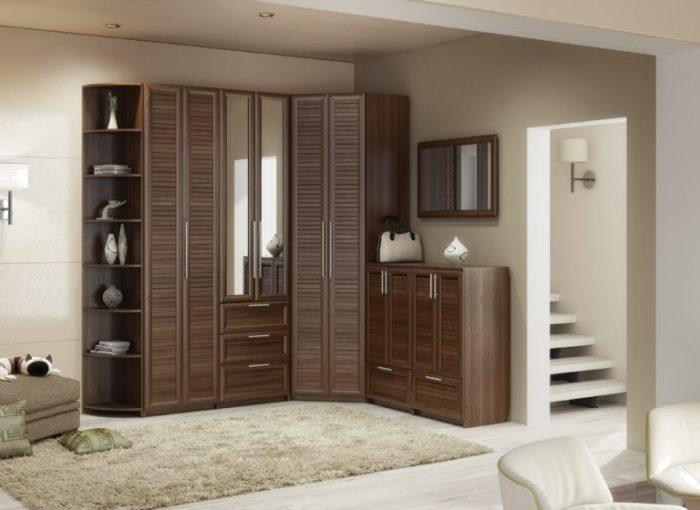Угловой шкаф, выполненный из одной породы древесины.