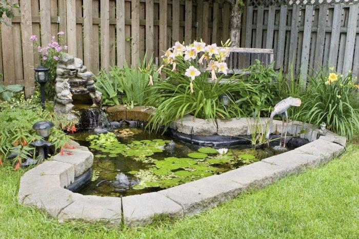 Присутствие даже небольшого водоема на дачном участке добавляет пространству умиротворенности.