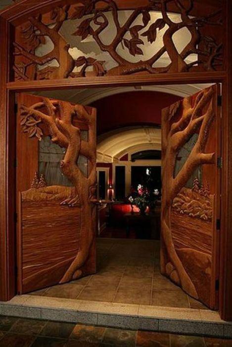 Приверженцы экостиля, да и просто любители и ценители красоты, не смогут пройти мимо деревянной резной двери.