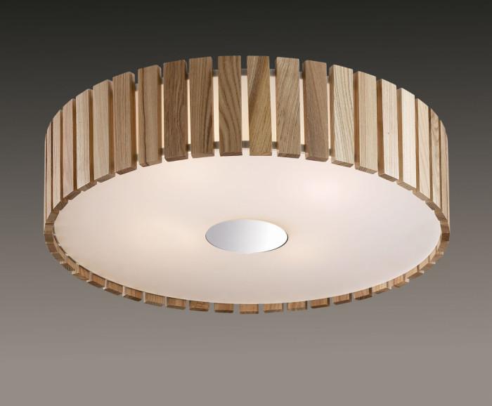 Люстра из деревянных пластин в форме круга.