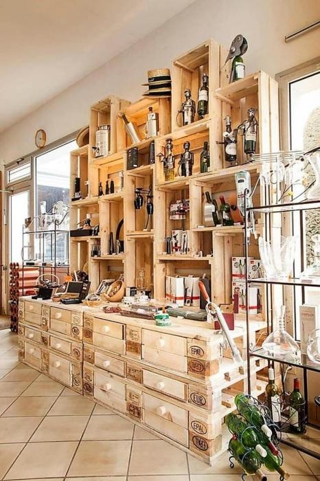 Отличный пример использования ненужных деревянных поддонов, которые помогут в создании вместительного стеллажа.