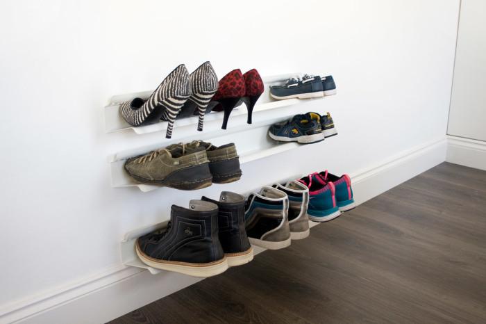 Металлические настенные полочки для обуви вполне подойдут для небольшой прихожей.