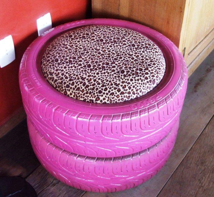 Красивый розовый пуфик, который несложно сделать из обычных автомобильных покрышек.