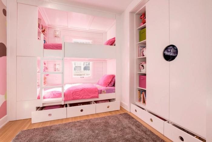 Небольшая спальная комната с двухъярусной кроватью, расположенной в нише.