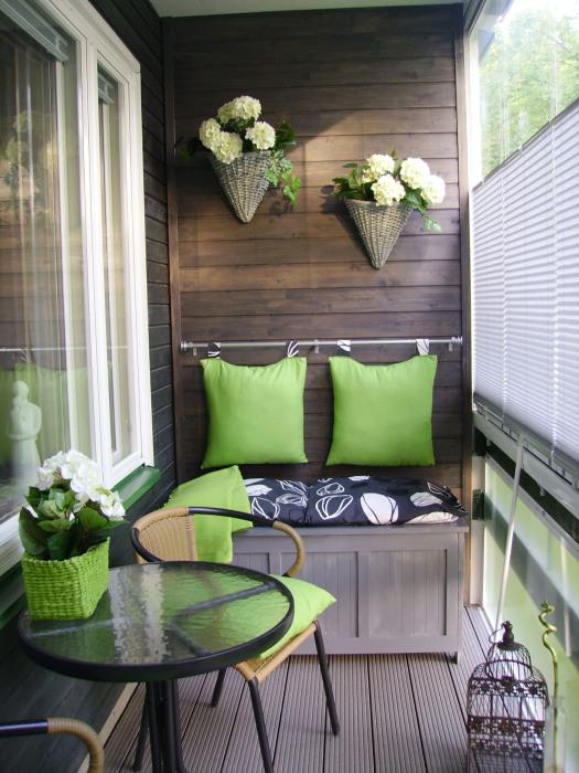 Плетенные корзинки, закрепленные на стене, в которых можно разместить горшок с цветами.