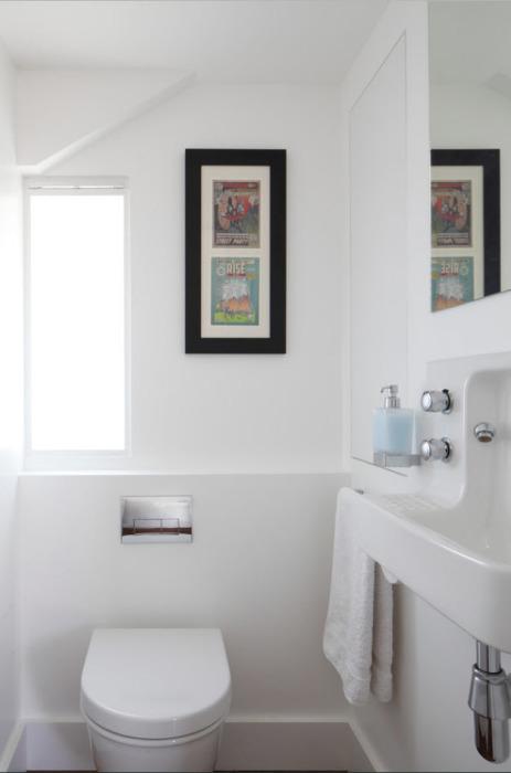 Такое необычное решение с картинами в помещении - это отличное украшение для любой ванной комнаты.