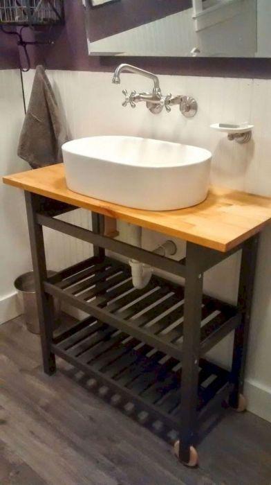 При начальной планировке ванной комнаты можно продумать столешницу с дополнительными полками.