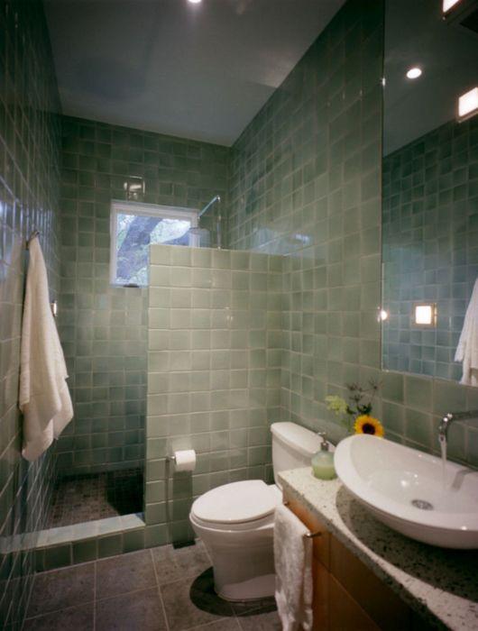 Светло-зелёная ванная комната смотрится очень стильно и необычно даже в небольшом помещении.
