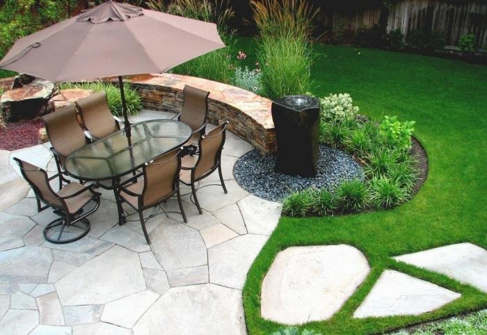 Обеденная зона посреди роскошного садового участка.