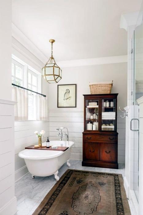 Небольшая современная ванная комната, которая оборудована всей необходимой сантехникой и системами хранения.