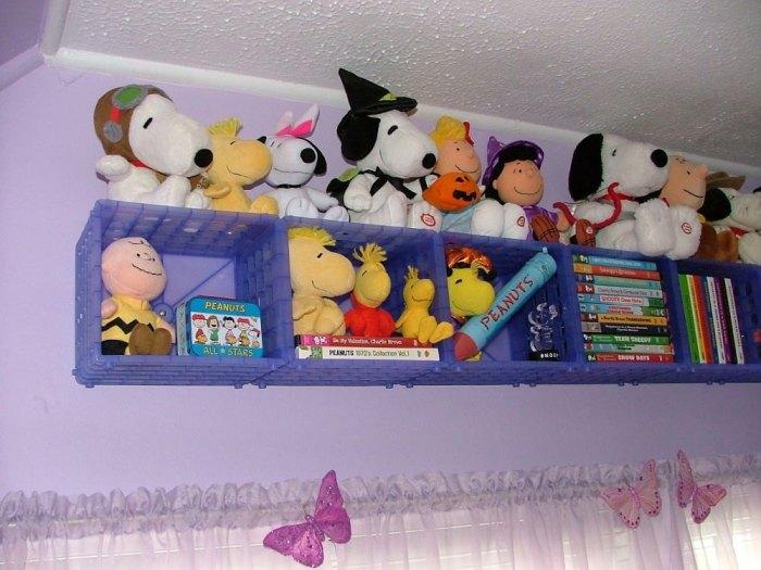 Удачный и по-настоящему оригинальный пример использования старых пластиковых ящиков в интерьере детской комнаты.