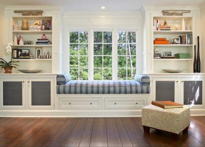 Цвет шкафа у окна лучше выбрать светлый – так комната будет выглядеть светлее и уютней.