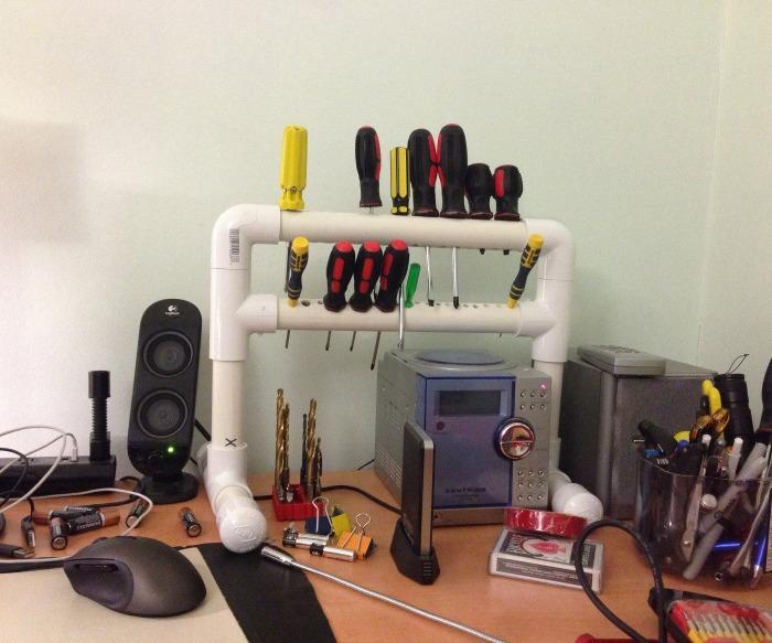 Из остатков поливинилхлоридных труб и их комплектующих можно изготовить полку для хранения отверток.