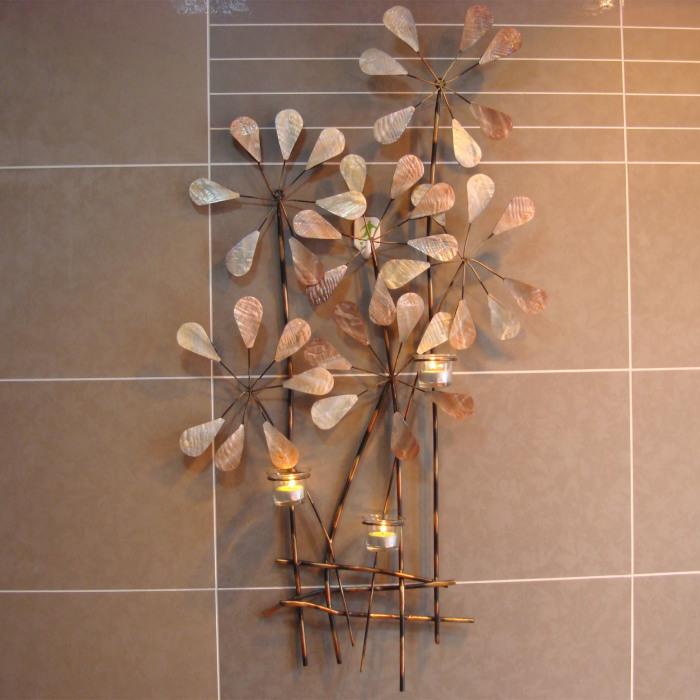 Кованый подсвечник, выполненный в флористических мотивах.