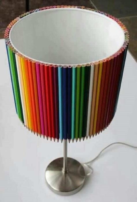 Сделать оригинальный и современный абажур для торшера своими руками можно из обычных цветных карандашей, а также любых других подручных средств.