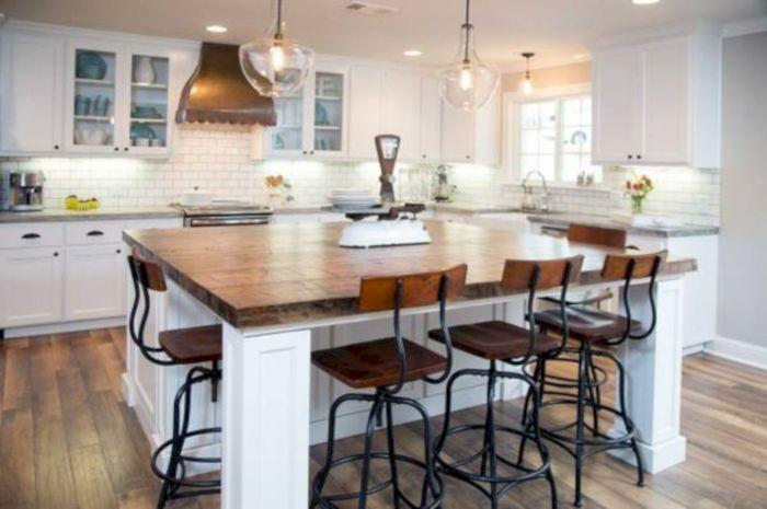 В загородном доме всё должно быть продуманным до мелочей, в том числе и интерьер кухни.
