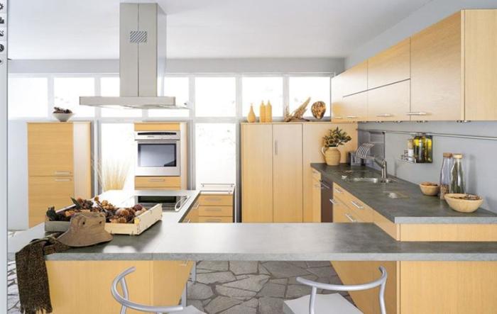 Для современных малогабаритных квартир наиболее оптимальным будет вариант оформления кухни «под дерево» – стильно, практично, а главное недорого.