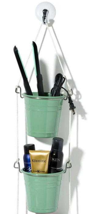 Для хранения всевозможных кисточек и карандашей для глаз и губ отлично подходят пластиковые вёдра.