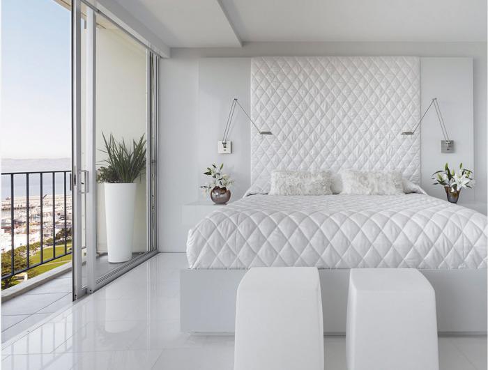 Белый цвет в интерьере спальной комнаты как символ свежести и чистоты.