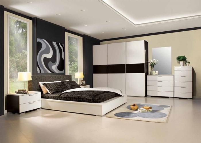 Просторная спальная комната, в которой тонко сочетаются темные и светлые оттенки.