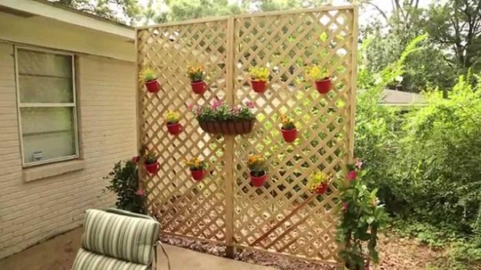 Практичная деревянная перегородка, украшенная горшками с комнатными цветами.
