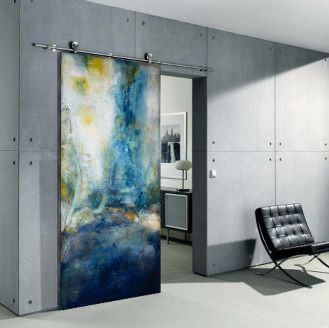 Яркая цветовая гамма раздвижной межкомнатной двери позволит разбавить серый однотонный интерьер.