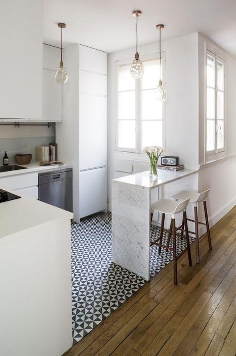 Светлая плитка - одно из самых практичных решений для отделки кухонного пространства.