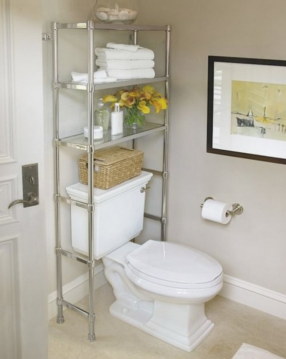 Просто металлический стеллаж над унитазом позволит сэкономить пространство в ванной комнате.