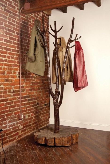 Декоративная вешалка из дерева, которая сочетает в себе классический и современный стиль.