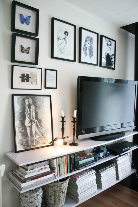 Классический вариант оформления стены в зоне для просмотра телевизора.