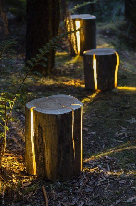 Светильник из необработанного деревянного пня, который позволит создать лёгкое и романтическое освещение на территории любого дачного участка.