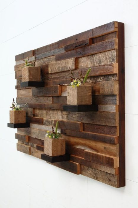 Настенное деревянное панно из брусков и планок, на котором можно разместить декоративные комнатные цветы и растения.