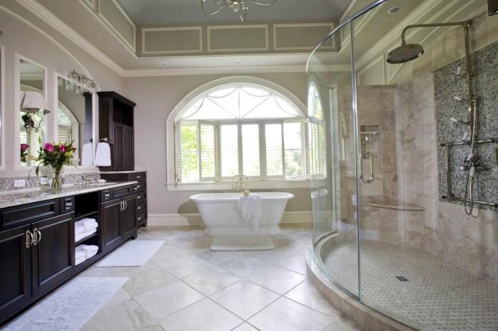 Вместо маленькой ванны лучше установить просторную стеклянную душевую кабину.