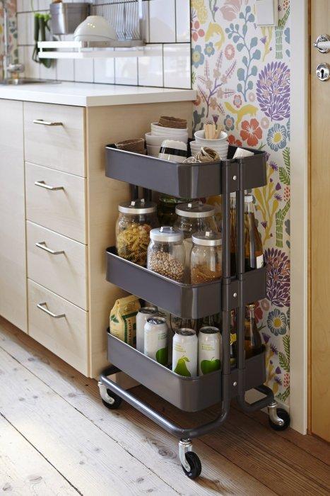 Стеллажи на колесиках нашли неплохое применение в кухонном интерьере.