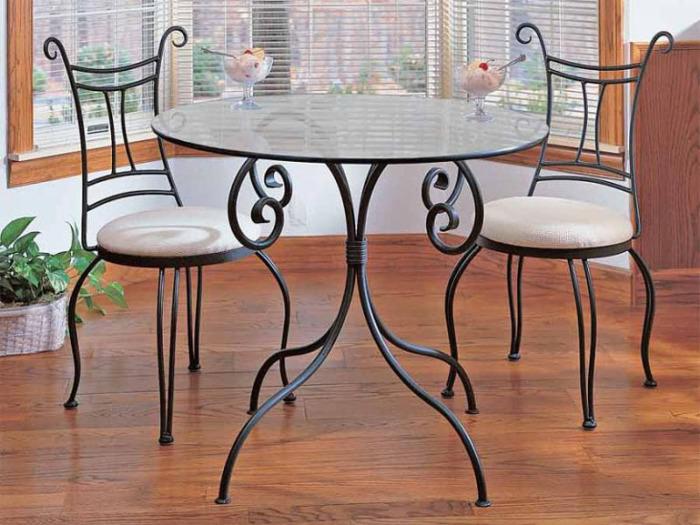 Кованые стулья и стол - отличный способ добавить помещению изысканности и утонченности.