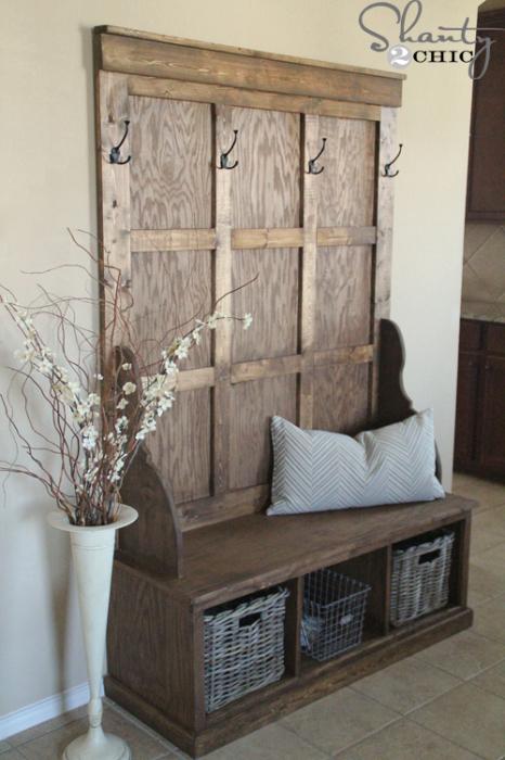 Классическая деревянная вешалка с тумбой в современном интерьере прихожей.