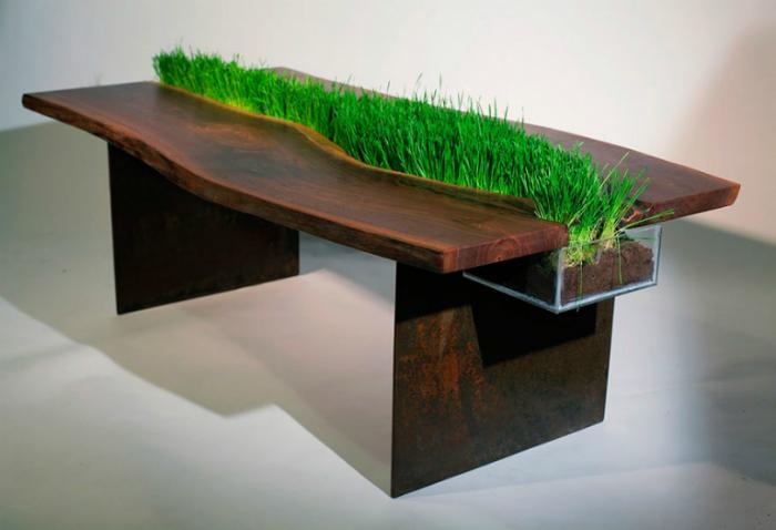 Декоративный газон, разделяющий обеденный стол на две половинки.