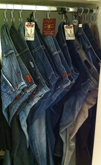 Джинсы и брюки удобнее вешать не на обычные вешалки, а на большие крючки.